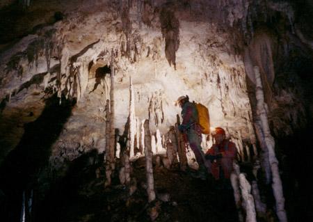 Normale progressione tra le concrezioni, Antro del Corchia, Alpi Apuane, Toscana
