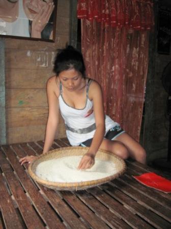 Carla, 14ma dei 16 figli del barangay captain che ci ospita, sceglie il riso