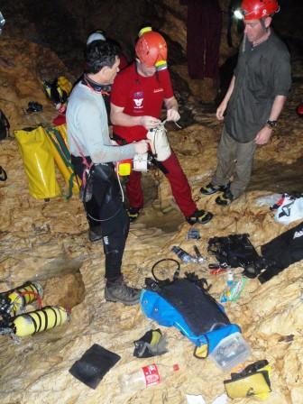 Preparazione dei sub al sifone a valle di Langun