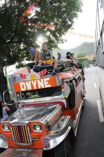jeepney in sorpasso